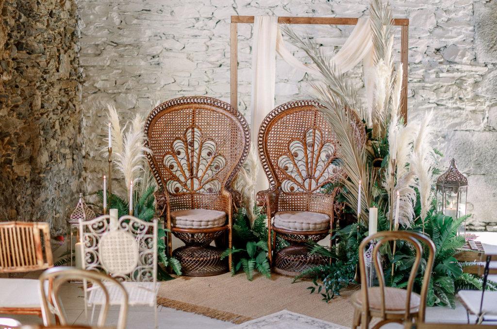 Ceremonia nupcial con alfombras, sillones, arco y decoración floral