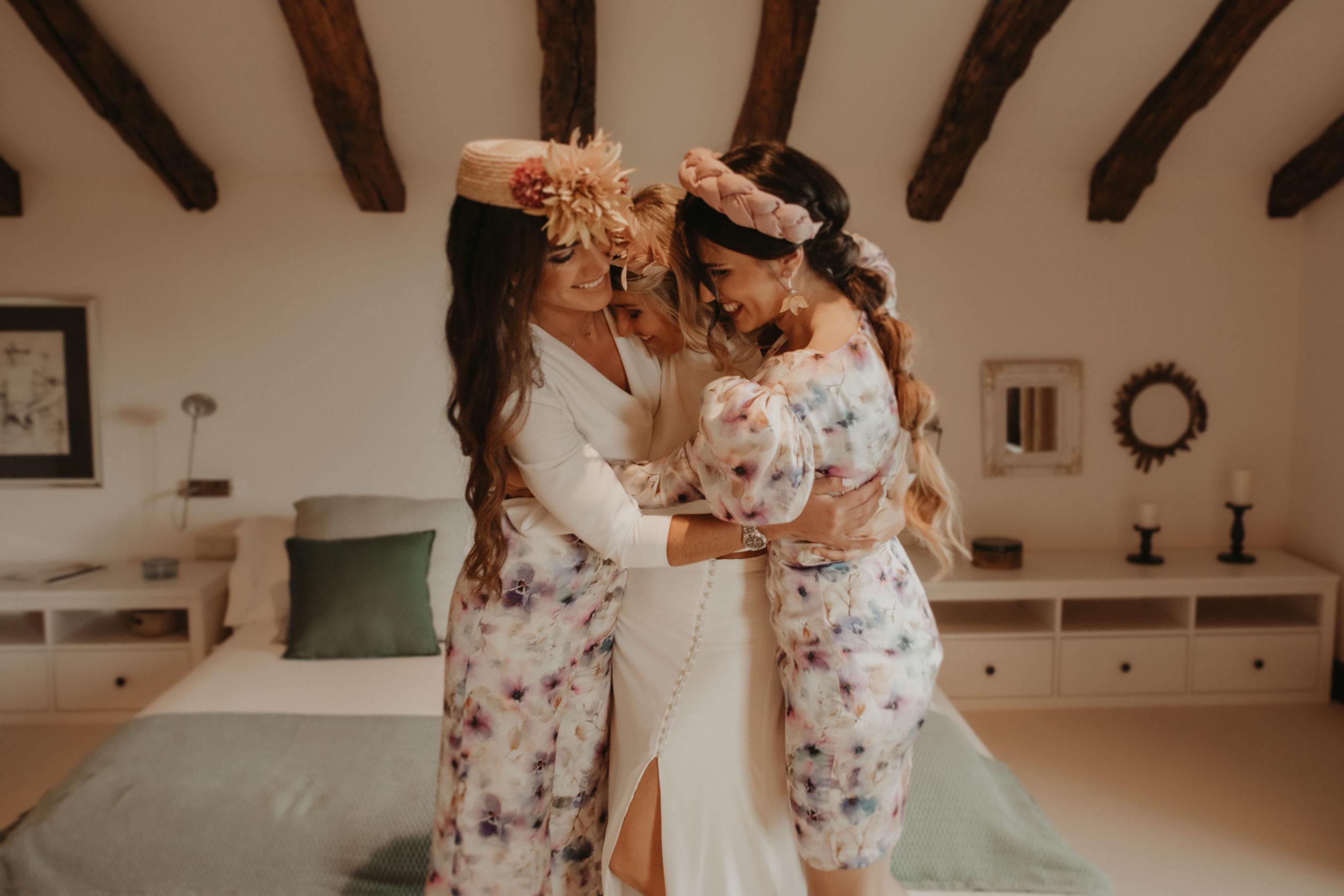 Abrazo de novia con las amigas