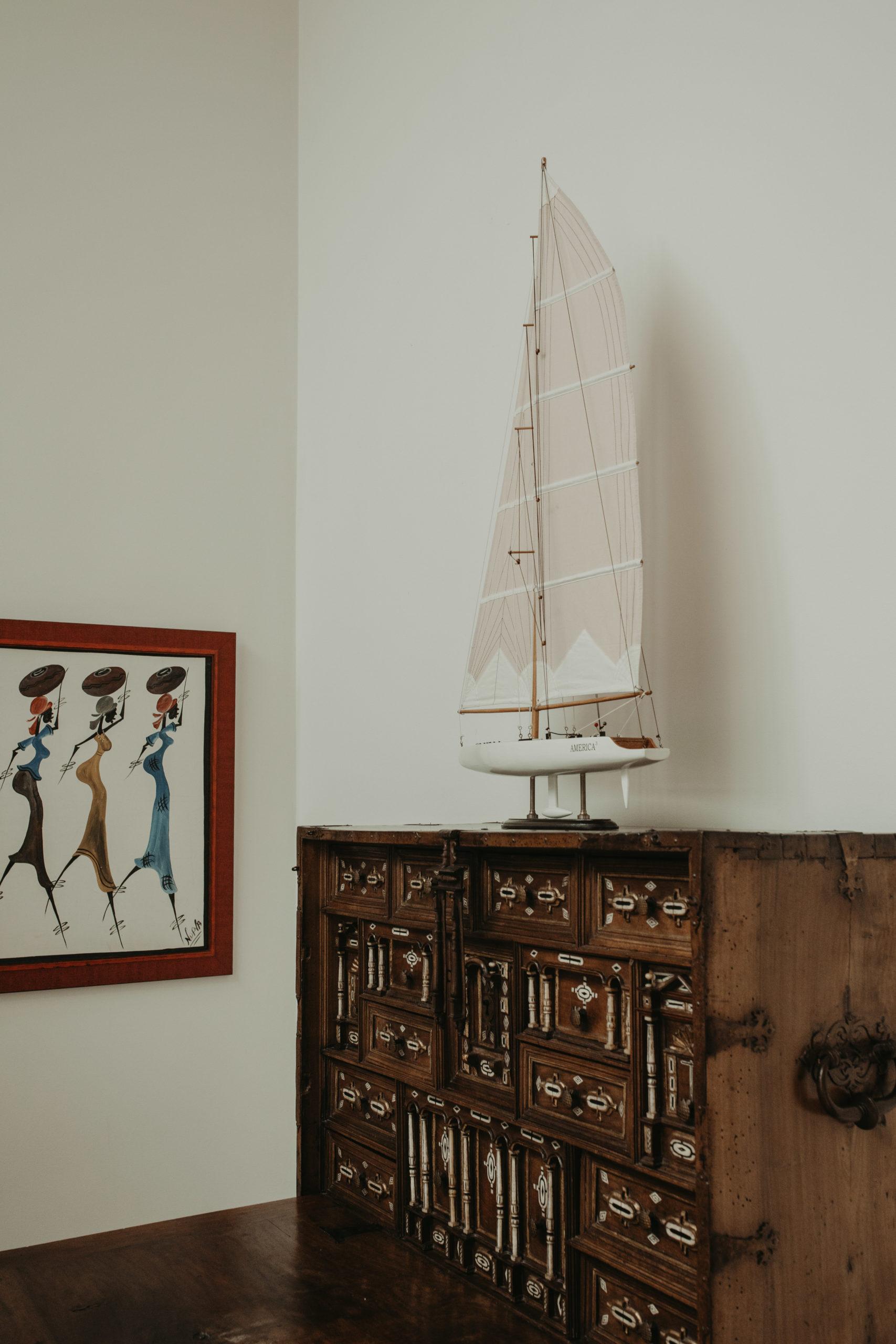 Maqueta de barco sobre mueble en un caserío para eventos de Hondarribia