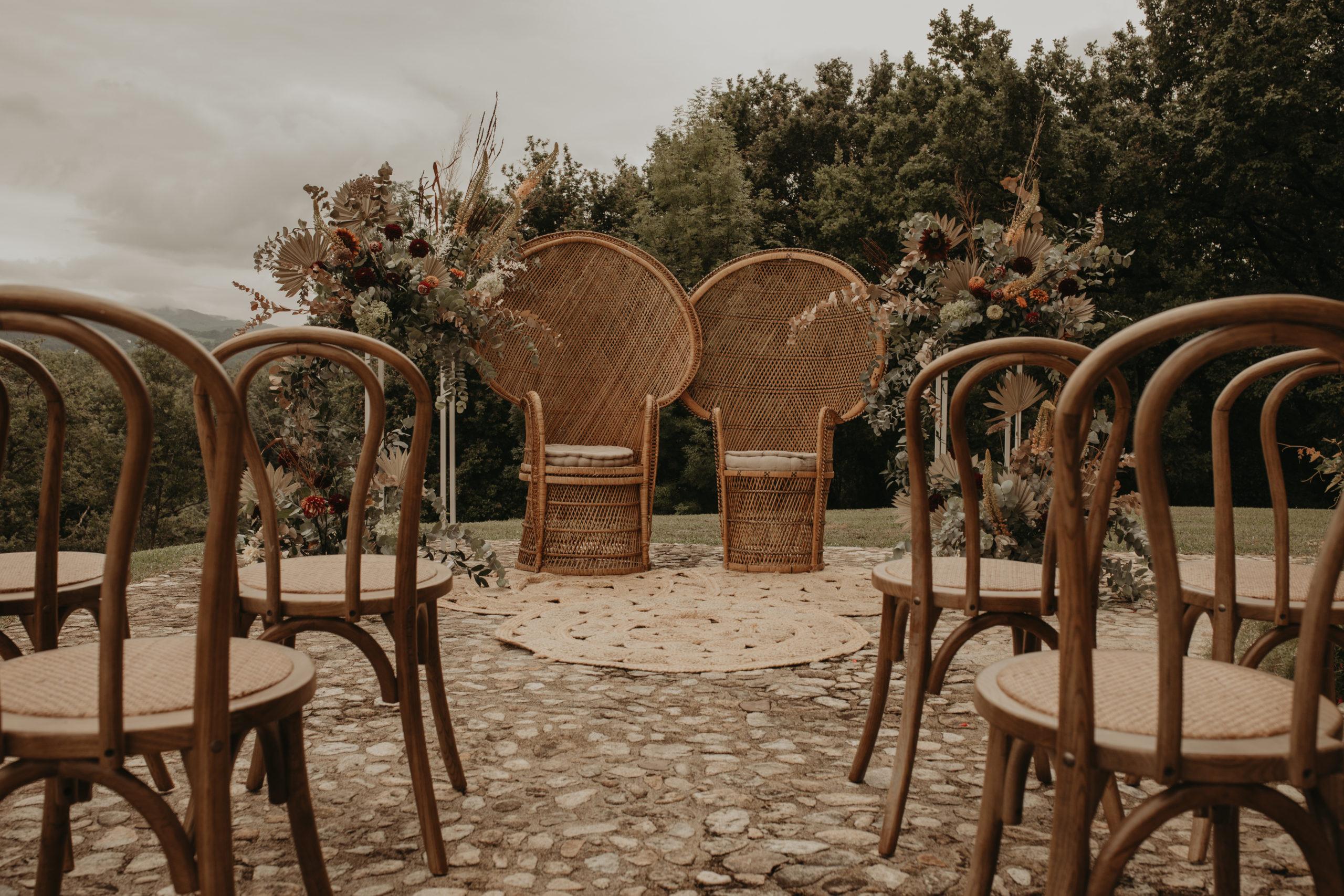 Ceremonia nupcial con sillones emmanuelle,, alfombras, decoración floral y sillas thonet