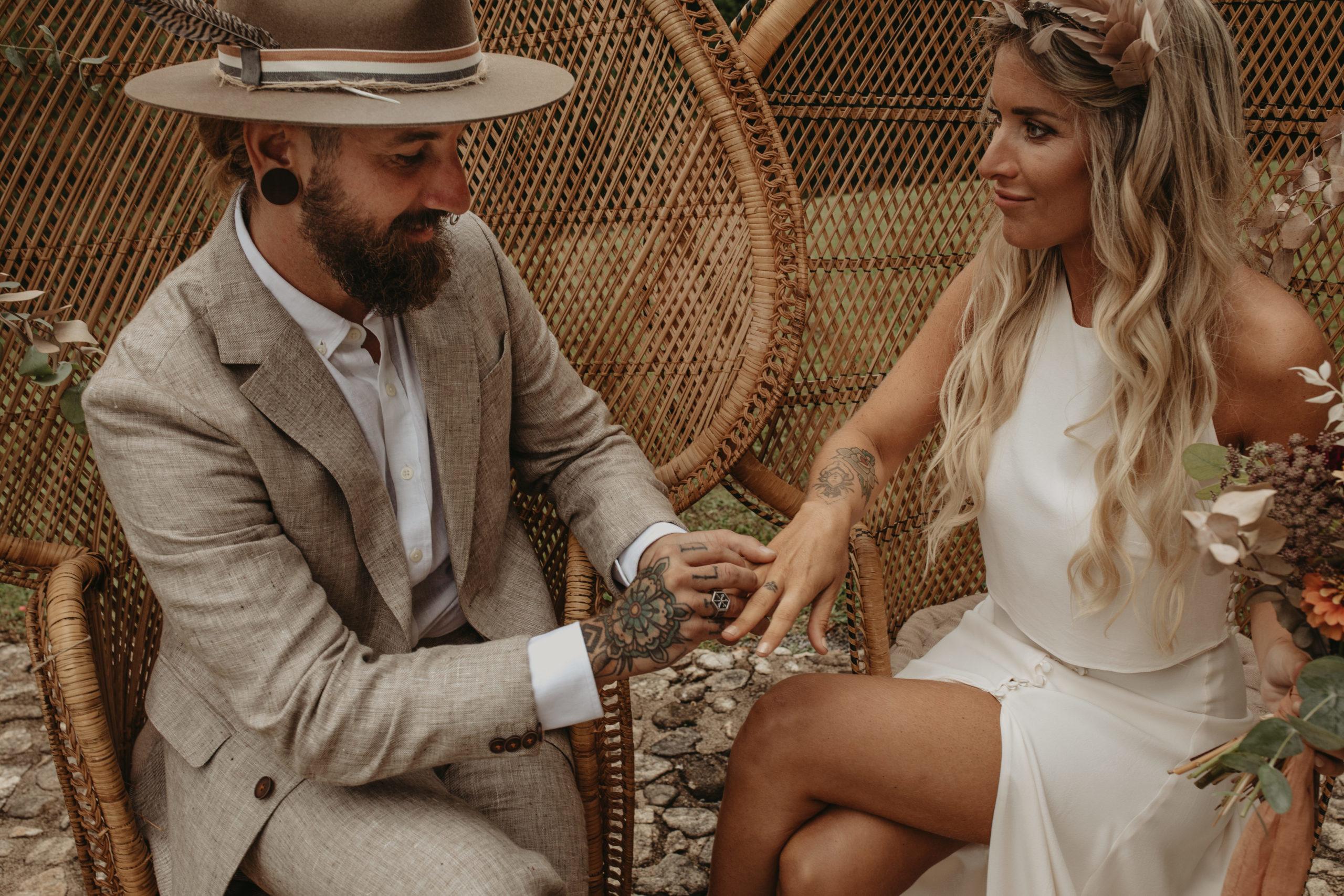 Novio colocándole el anillo a la novia en la ceremonia de boda