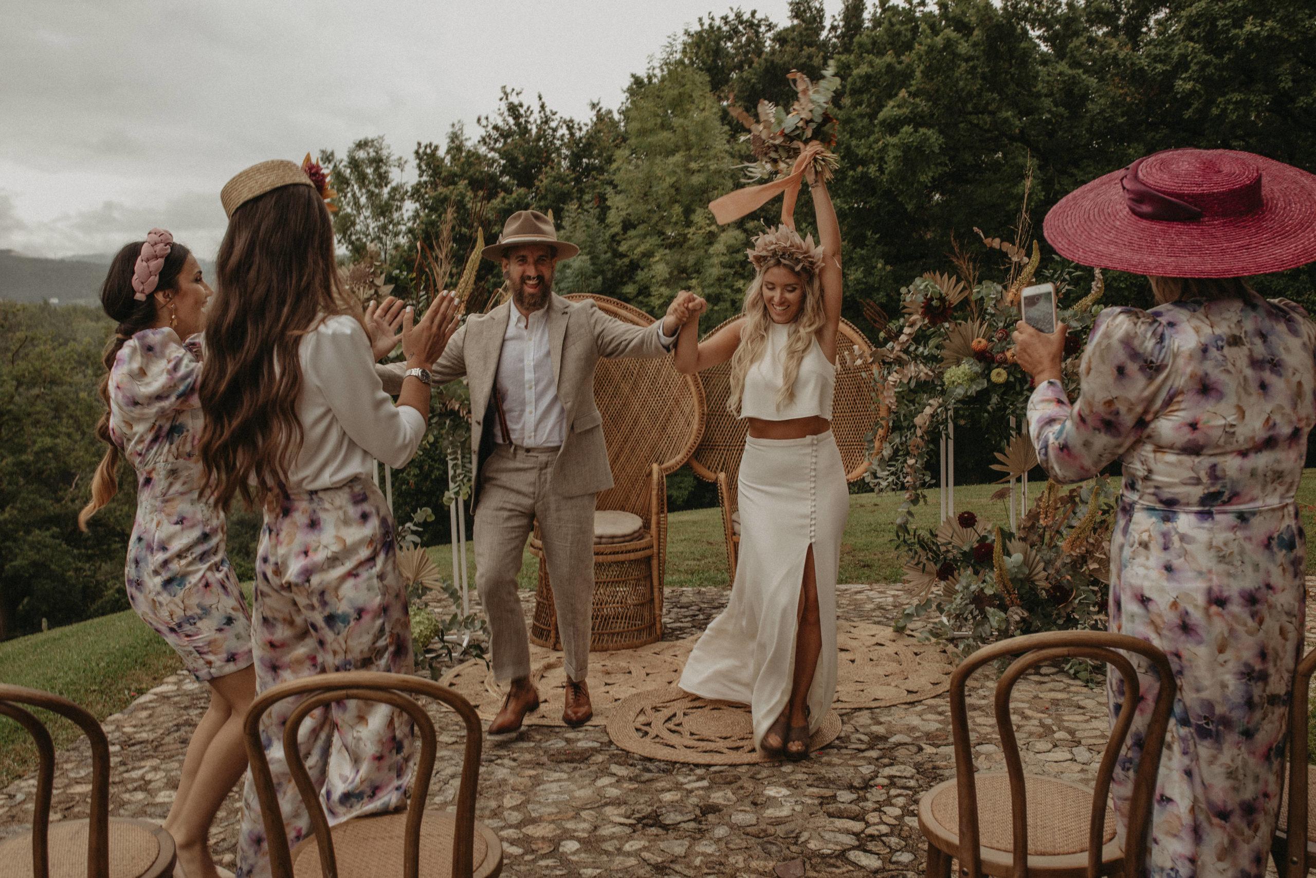 Salida de la ceremonia de los novios en la ceremonia de boda