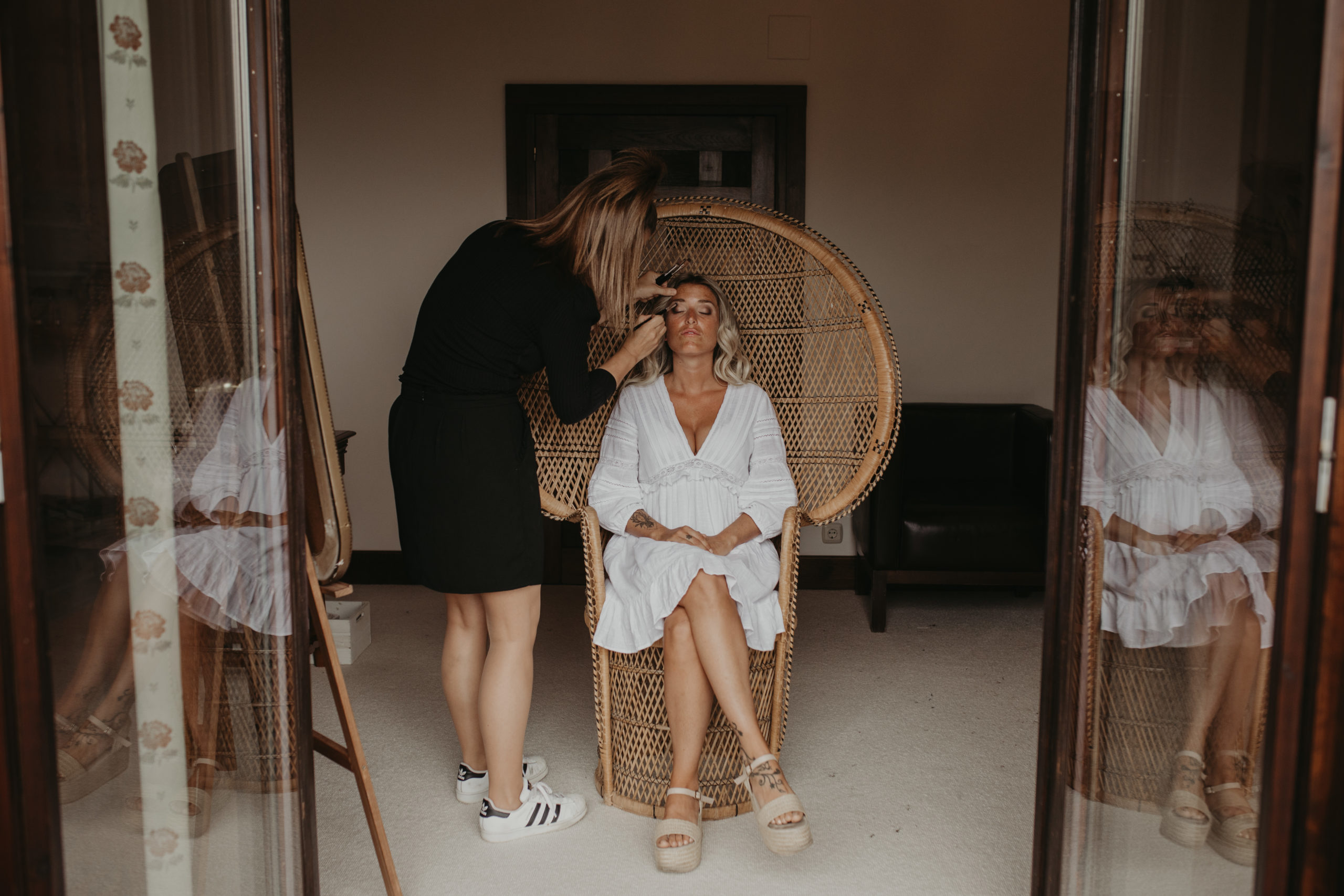 Maquilladora maquillando a la novia el día de su boda