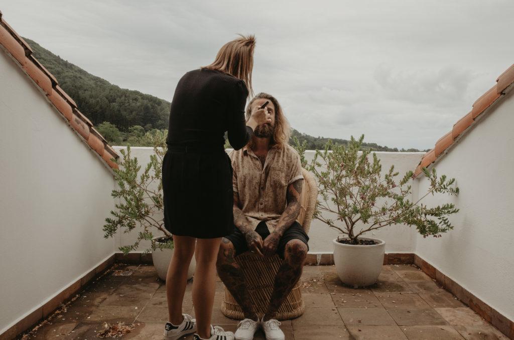Maquiladora maquillando a el novio para su boda
