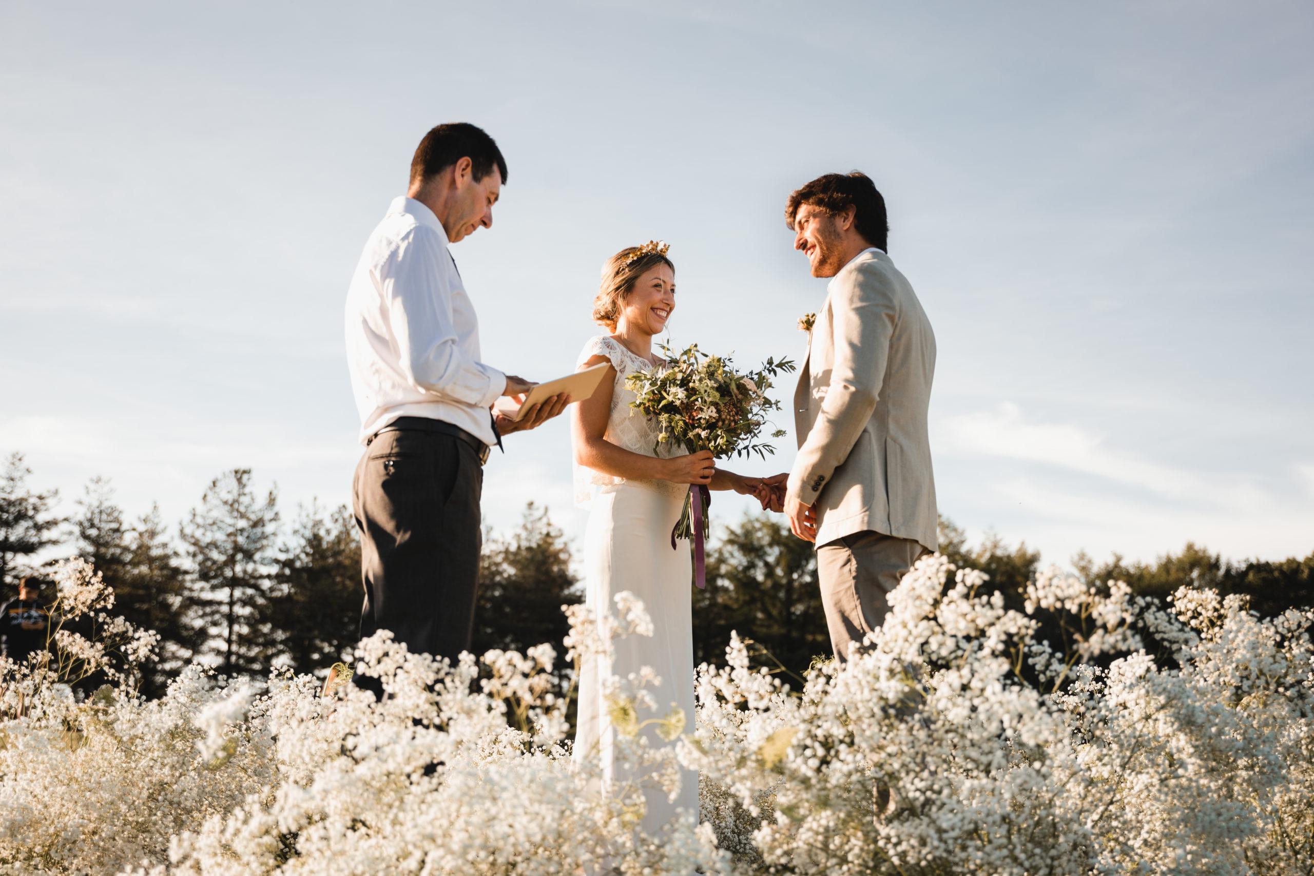 Ceremonia en la montaña entre flores