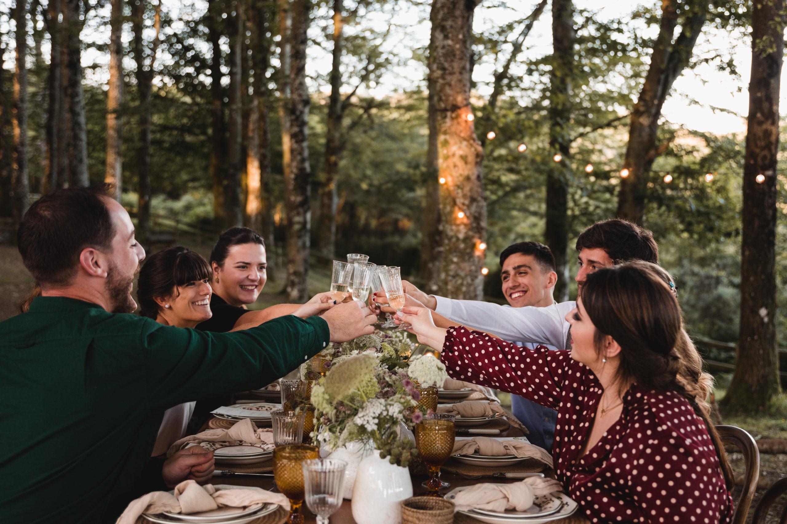 Brindis nupcial en una boda en la montaña