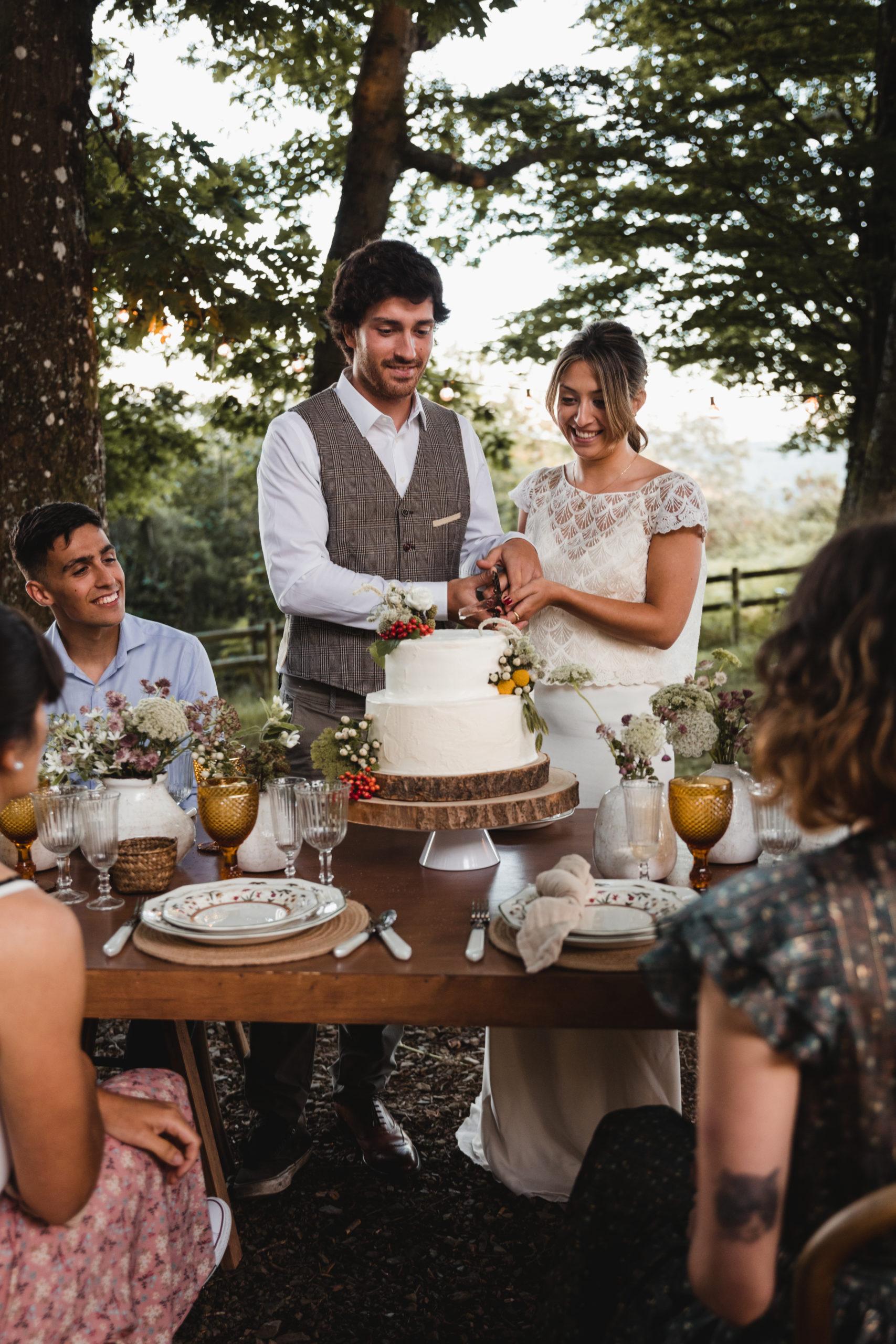 Corte de tarta en un banquete en la montaña