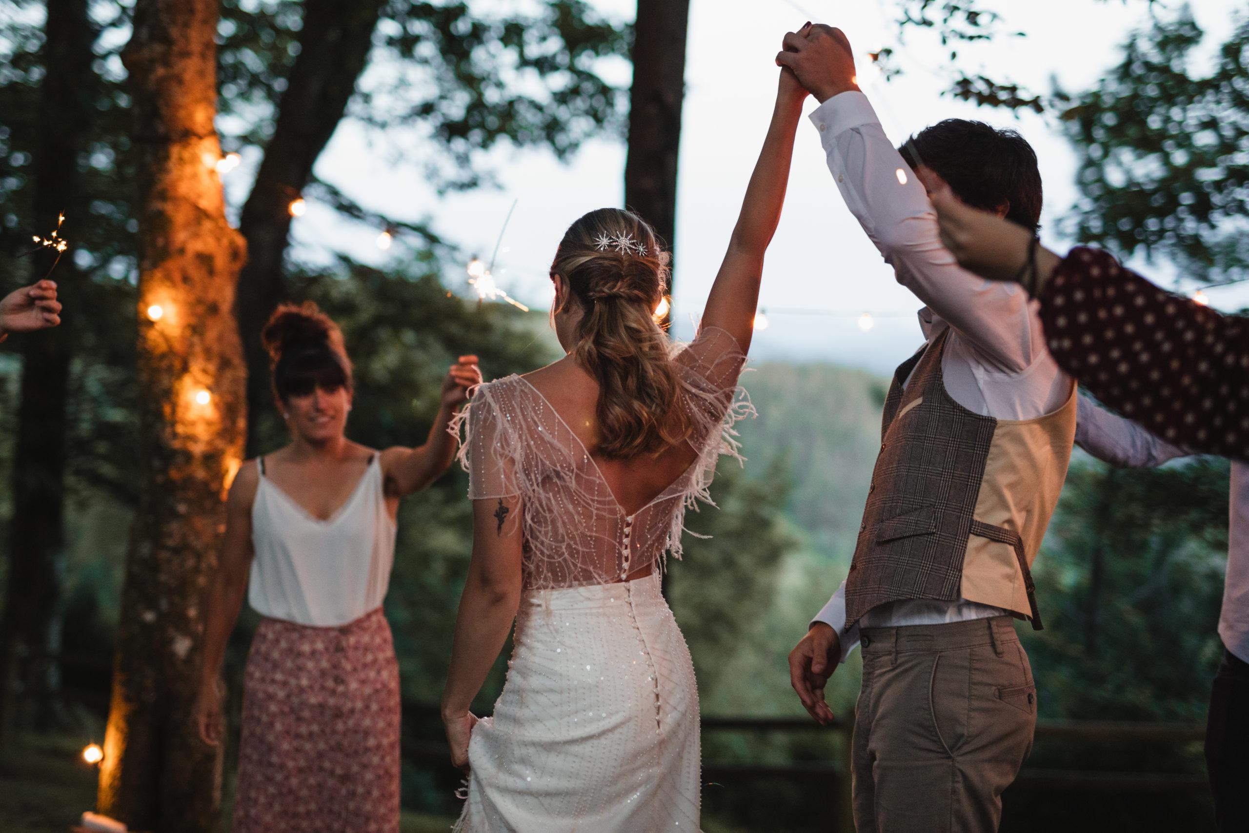 Mujer bailando con su marido por primera vez