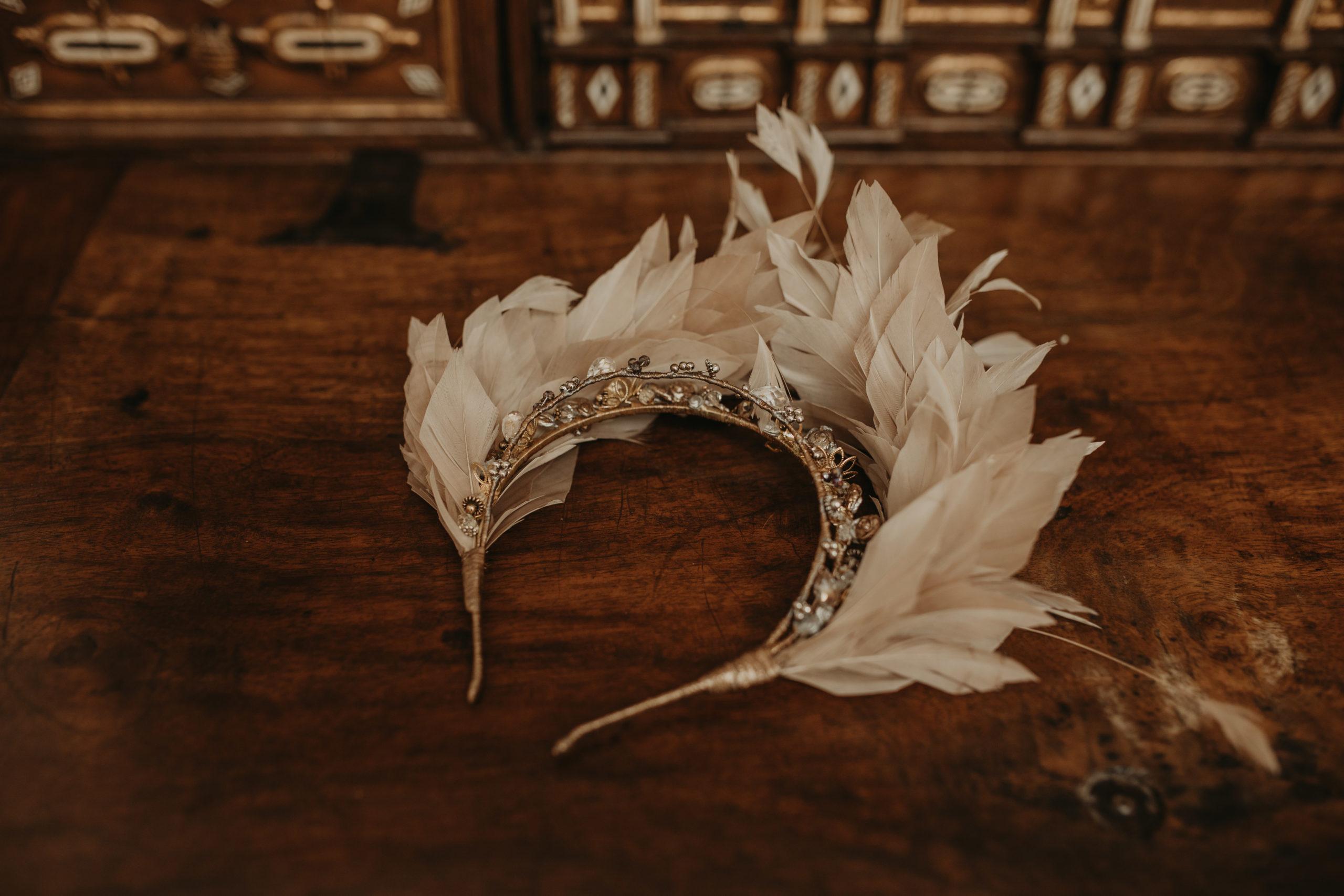 Tocado de plumas para una novia el día de su boda