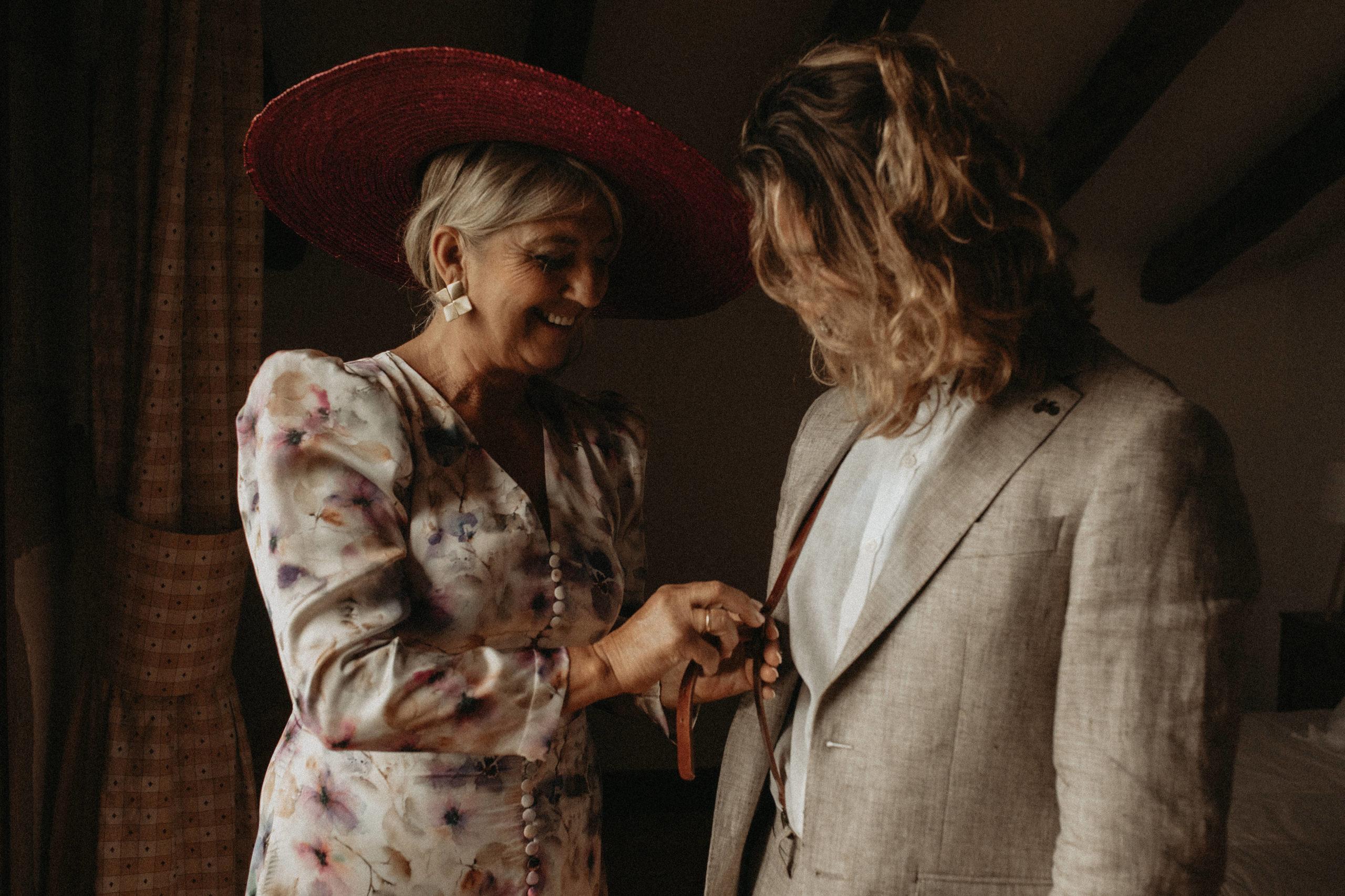 Madrina con el novio en los preparativos de boda
