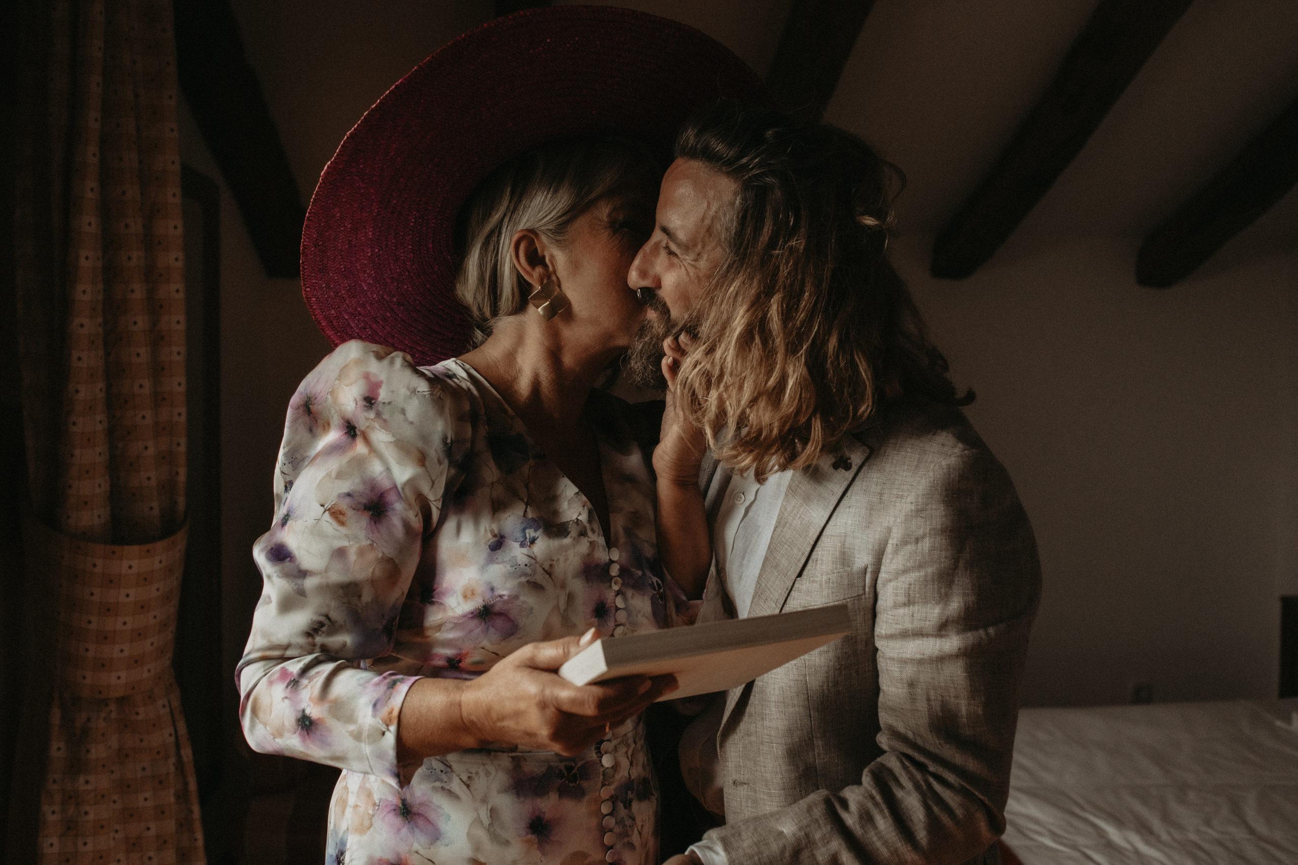 Madrina con el novio en los preparativos previos a la boda