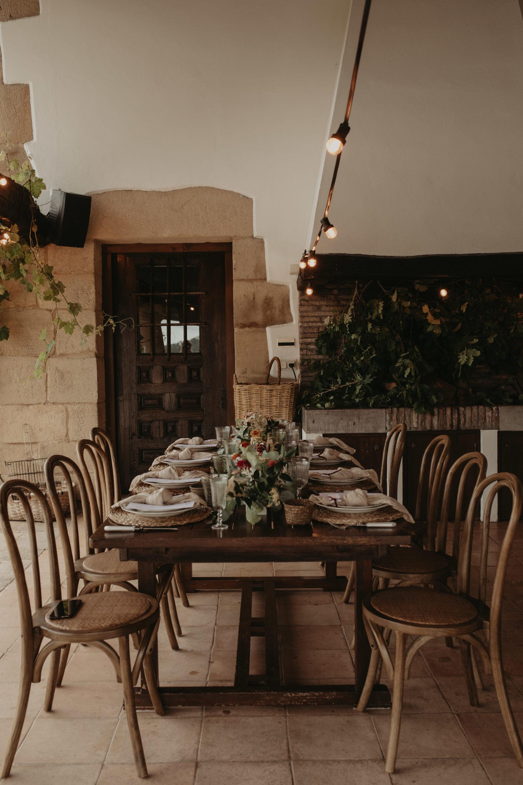 Un banquete íntimo y rústico de boda frente a una chimenea