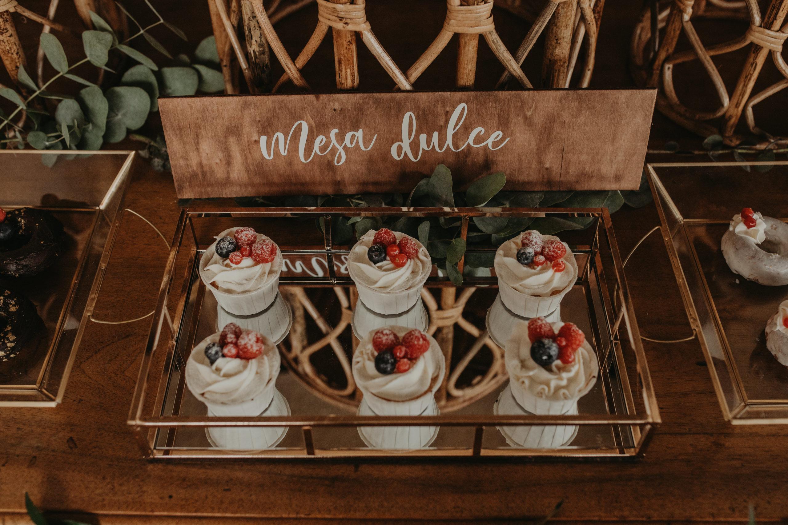 Madalenas y muffins en una mesa dulce durante una boda
