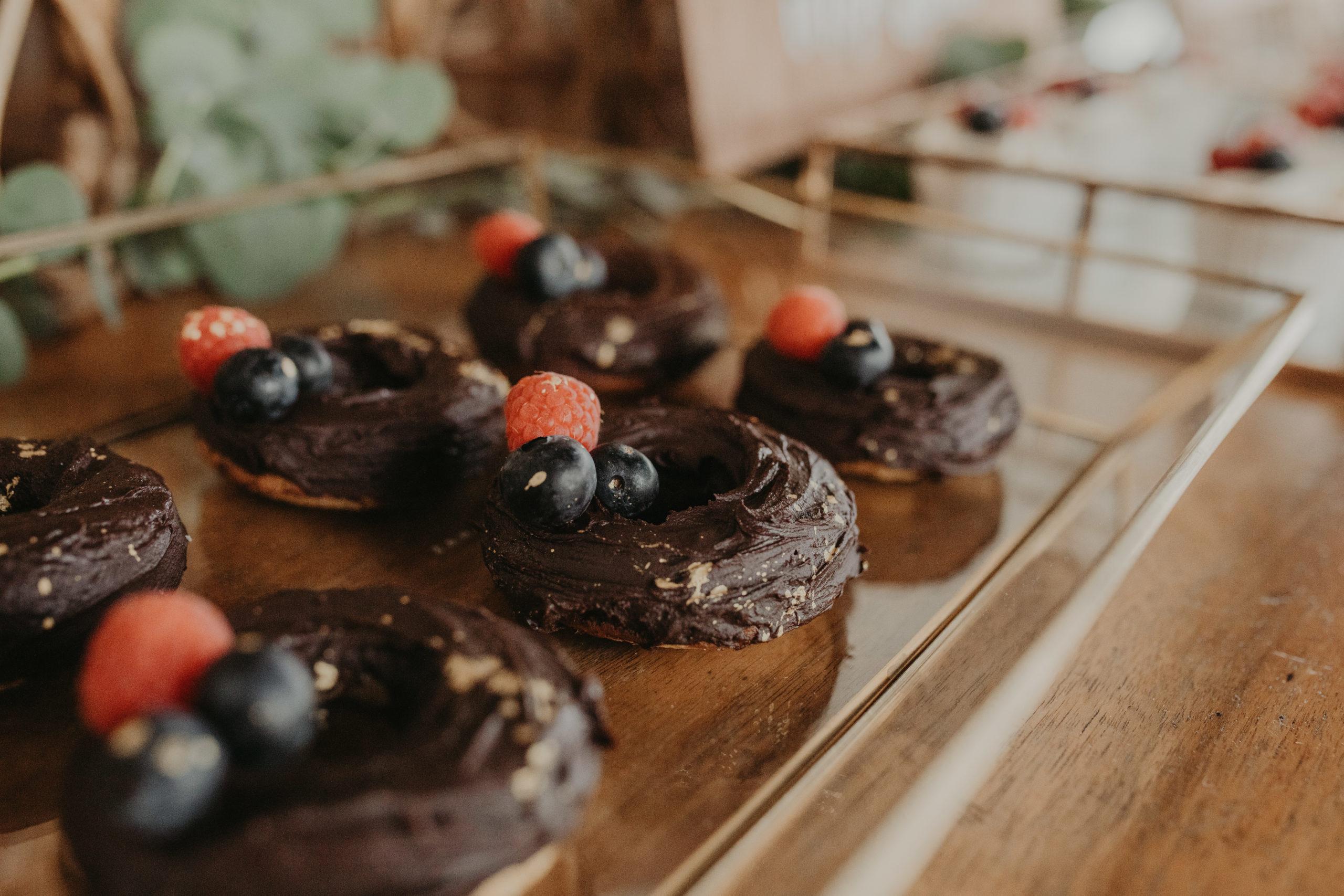 Rosquillas y donuts de chocolate con frutos rojos
