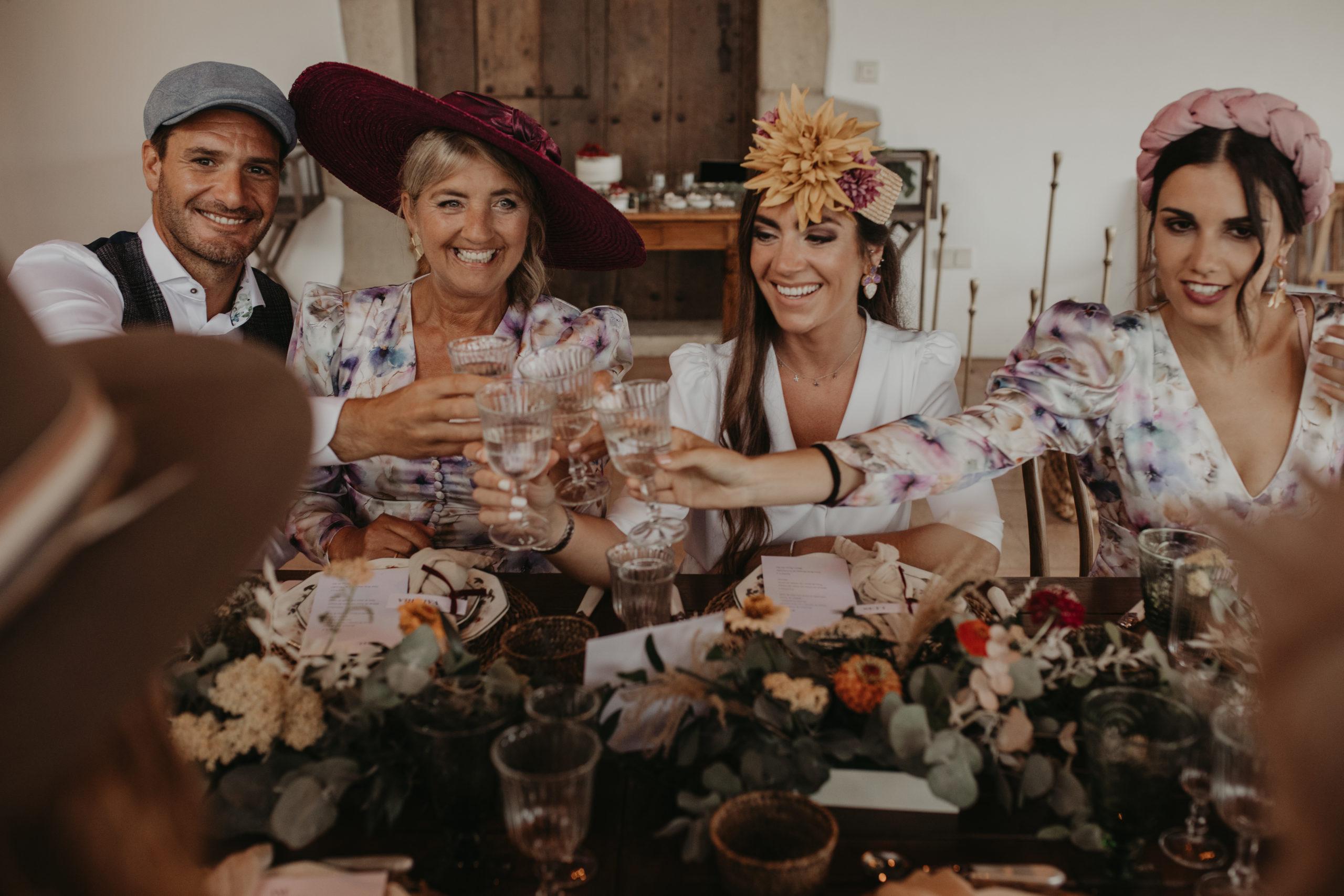 Brindis de los invitados de boda durante el banquete nupcial