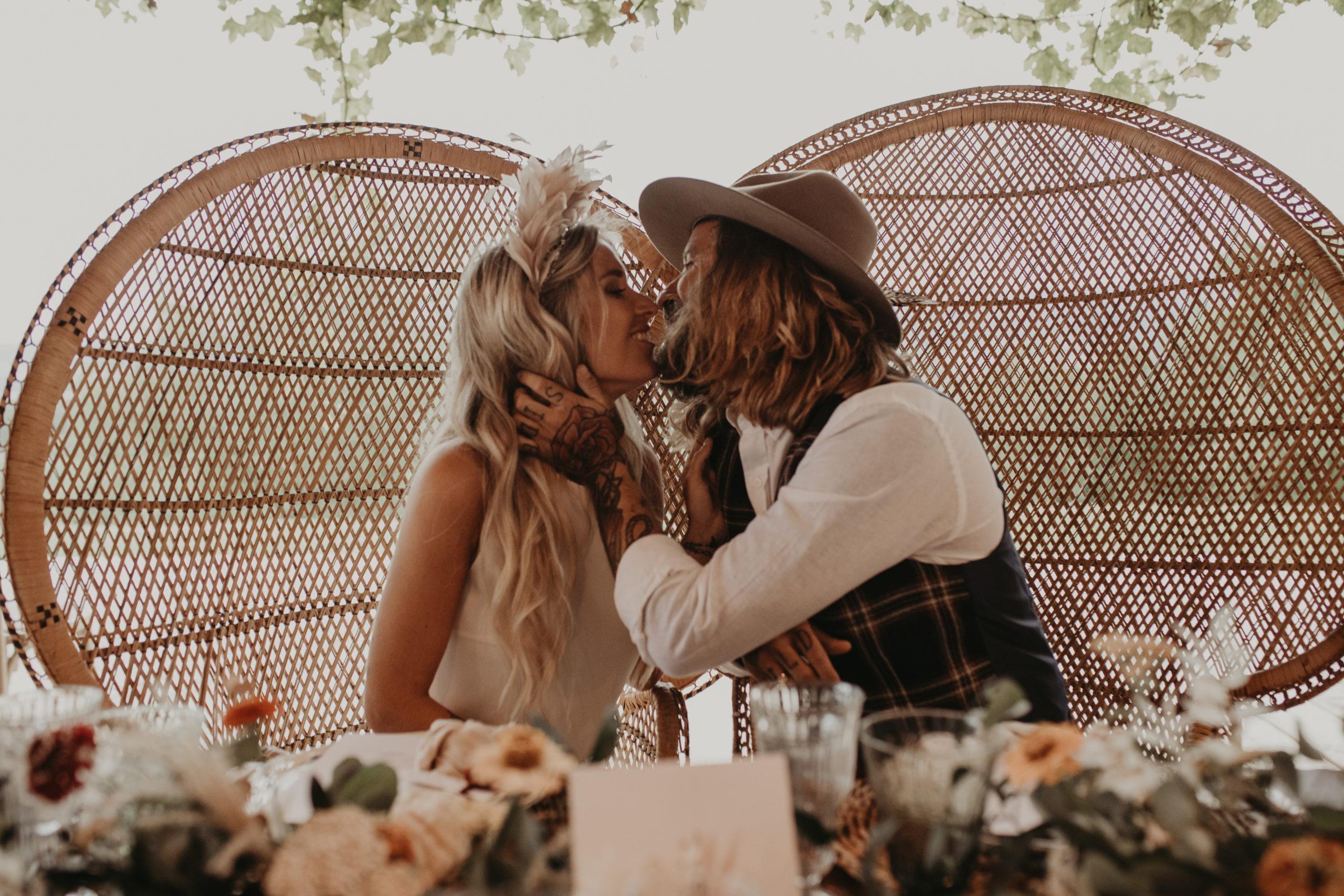 Beso de los novios en el banquete de bodas