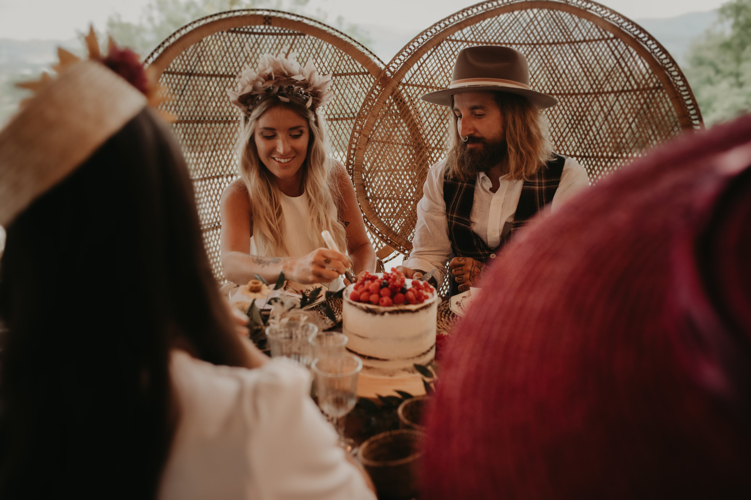 Los novios haciendo el corte de la tarta nupcial durante el banquete de boda