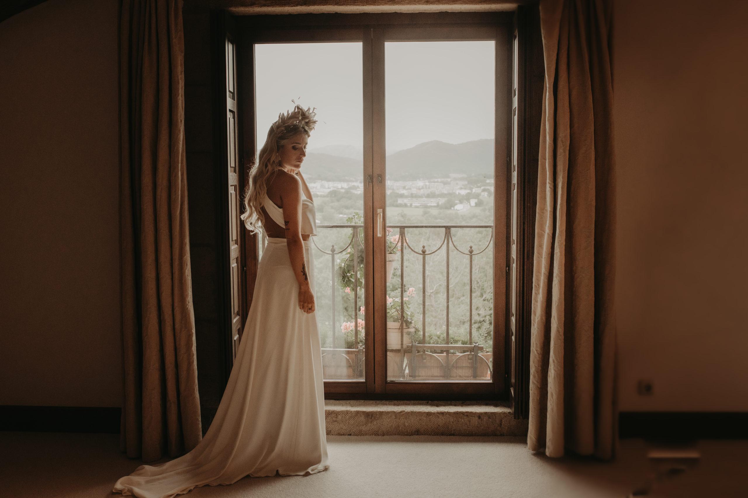 Novia vestida sobre ventana en un caserío tradicional vasco de Hondarribia