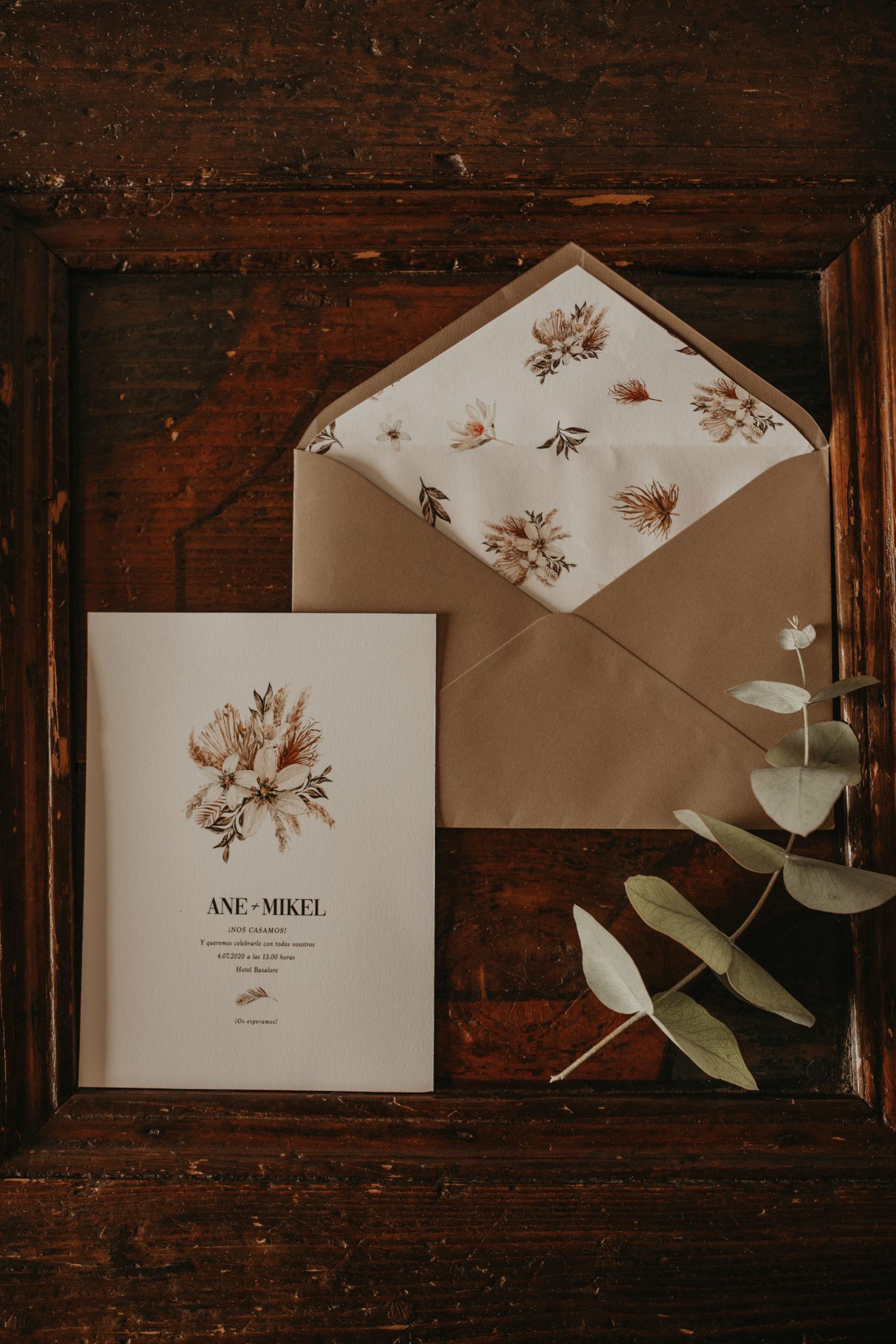 Sobre e invitación floral de bodas