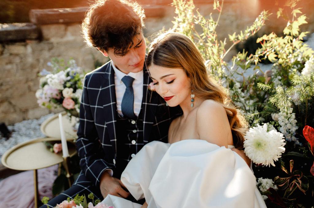 Posado de novios en una ceremonia romántica