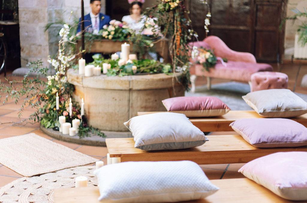 Ceremonias nupciales con bancos alargados, cojines, alfombras de yute y sillón de terciopelo rosa