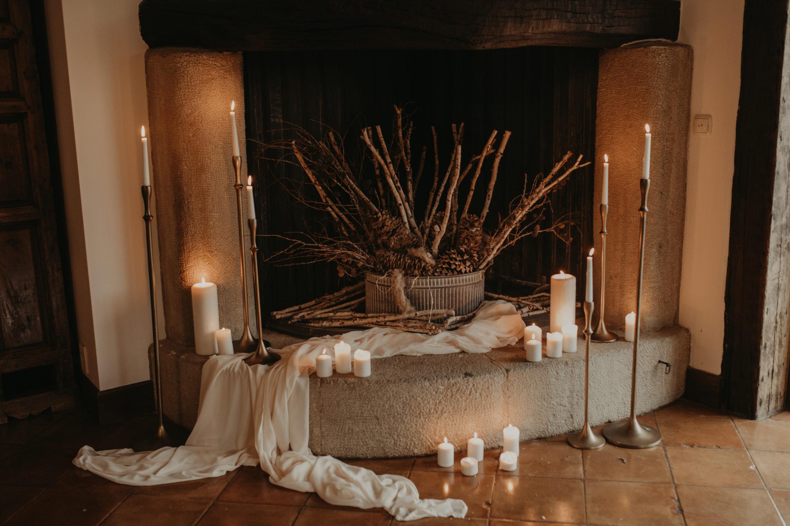 Decoración de chimenea con velas y candelabros