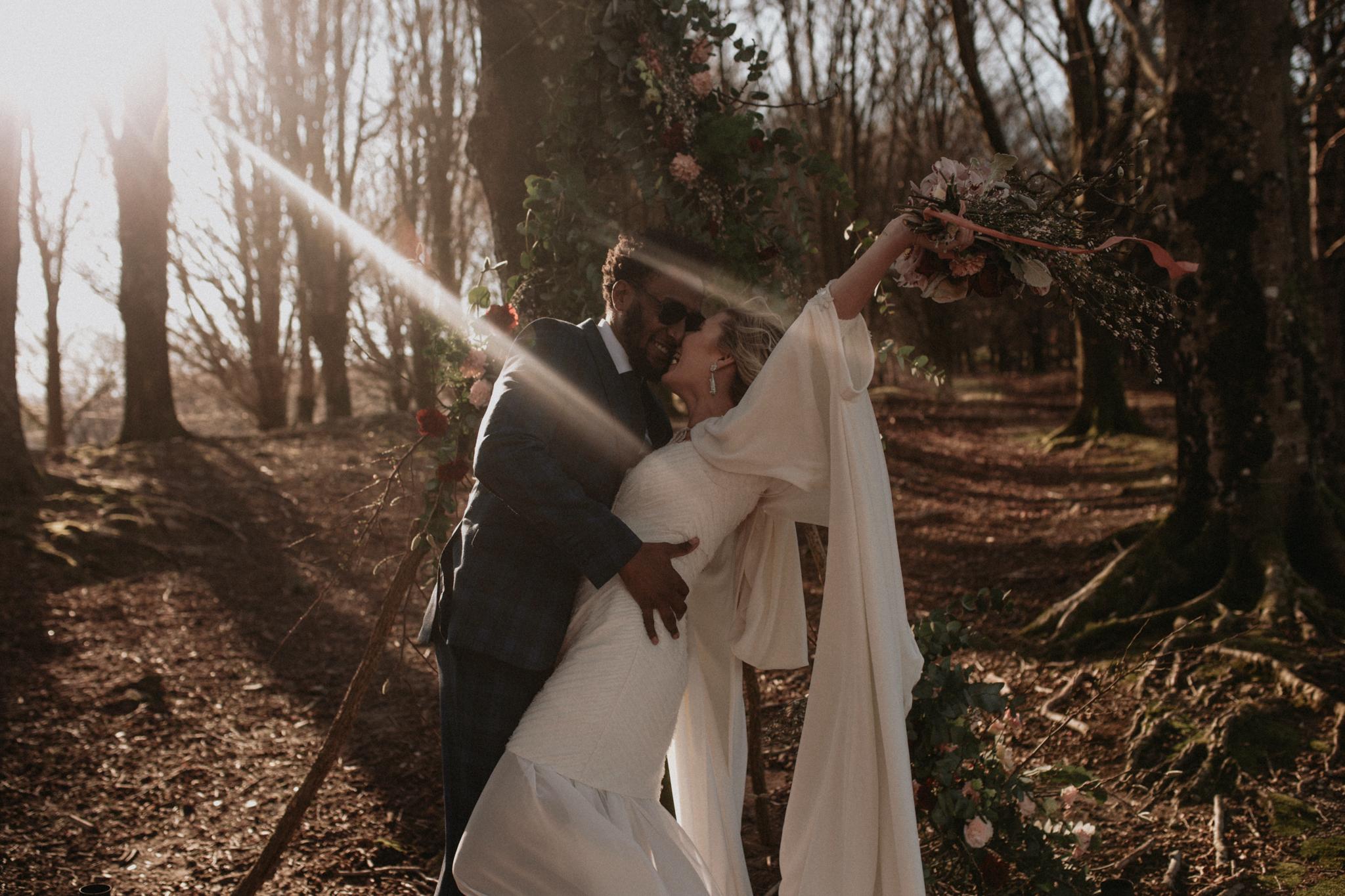 Posado de novios en una ceremonia en el bosque
