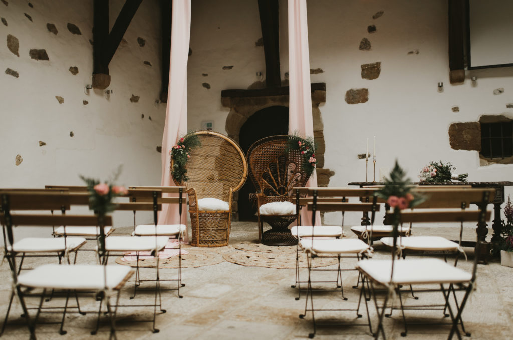 Ceremonia nupcial con sillones emmanuelle y sillas de forja y madera plegables