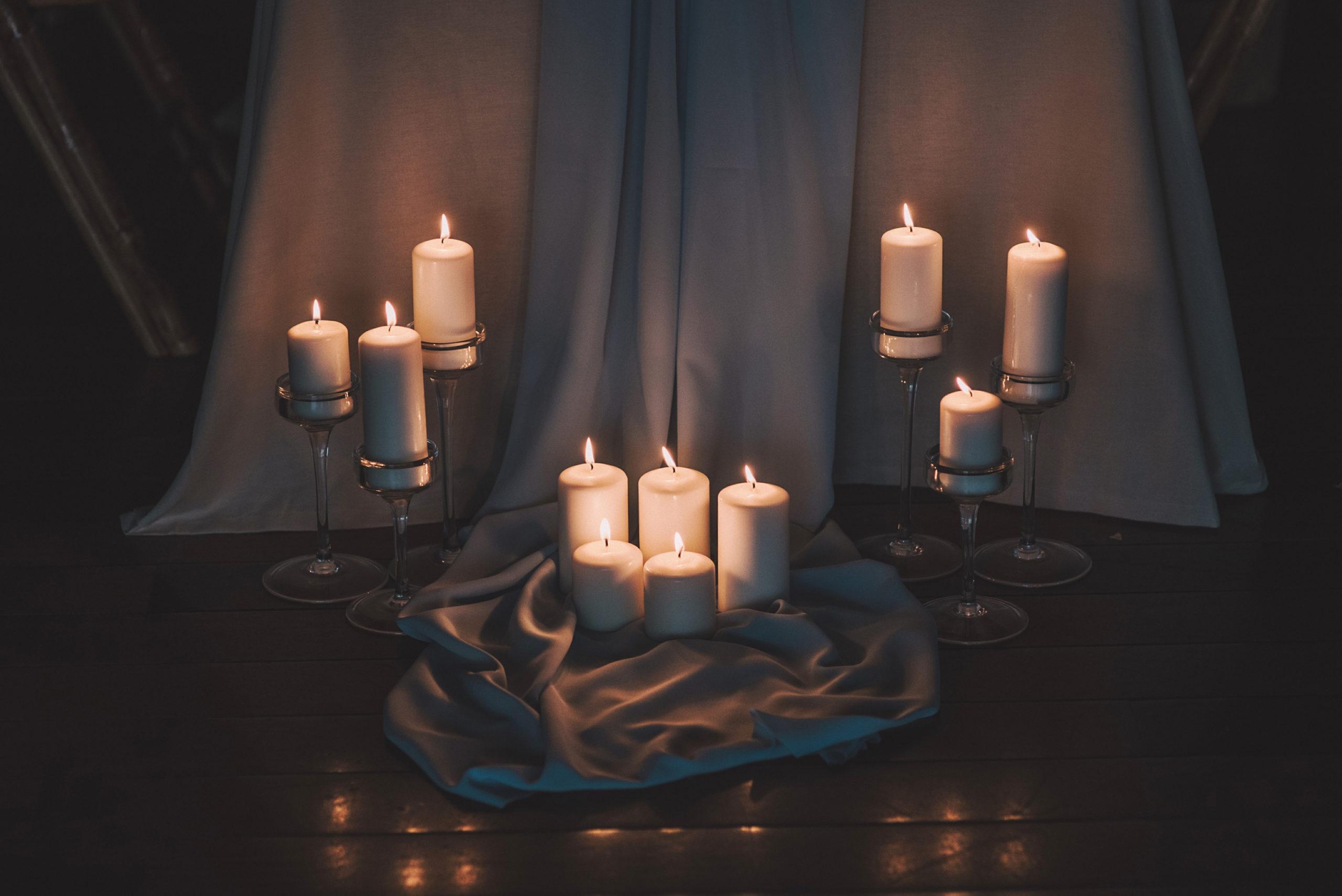 Velas decorativas de banquete con tela azul y mantel blanco