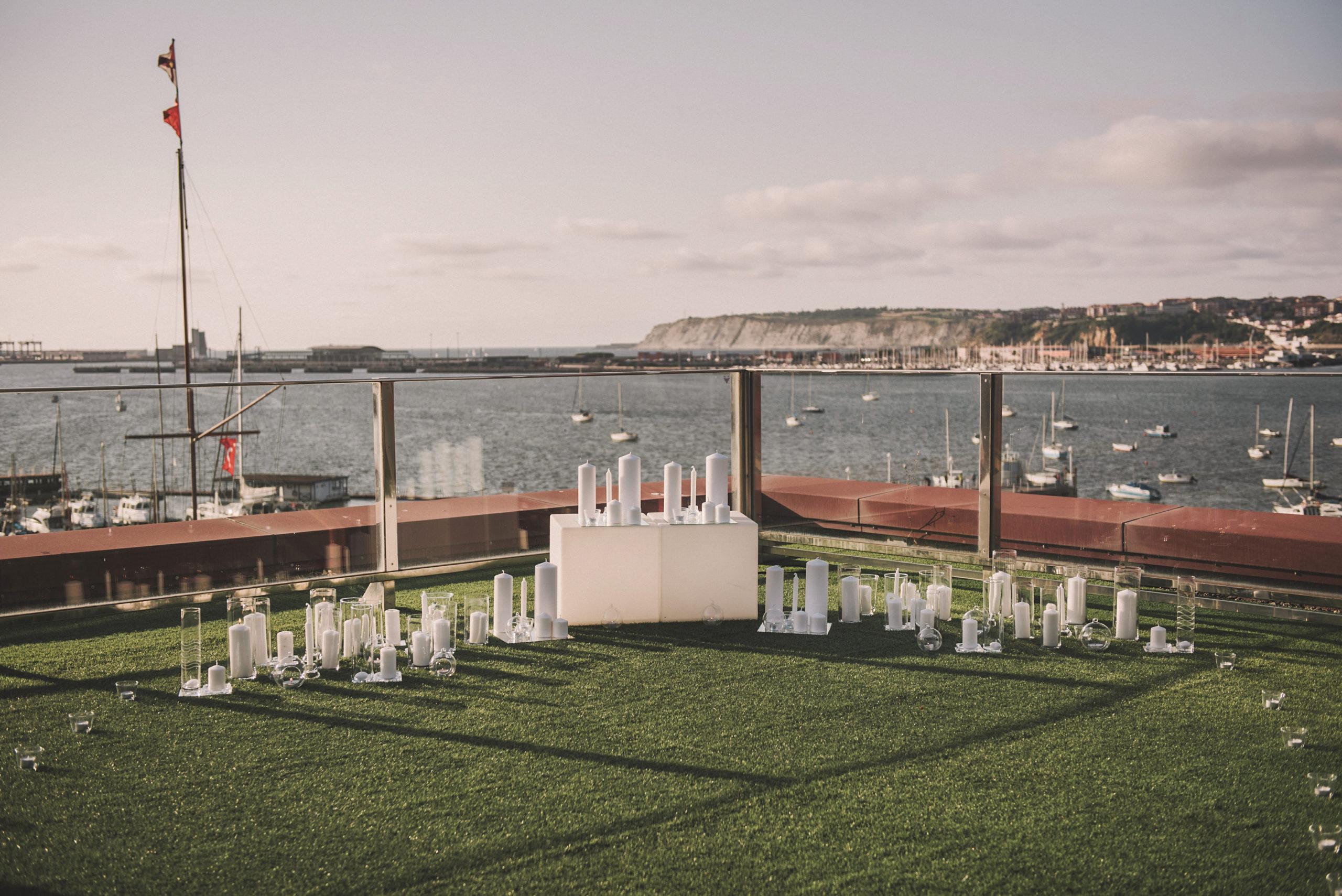 Altar para pedida de mano con velas y frente al mar