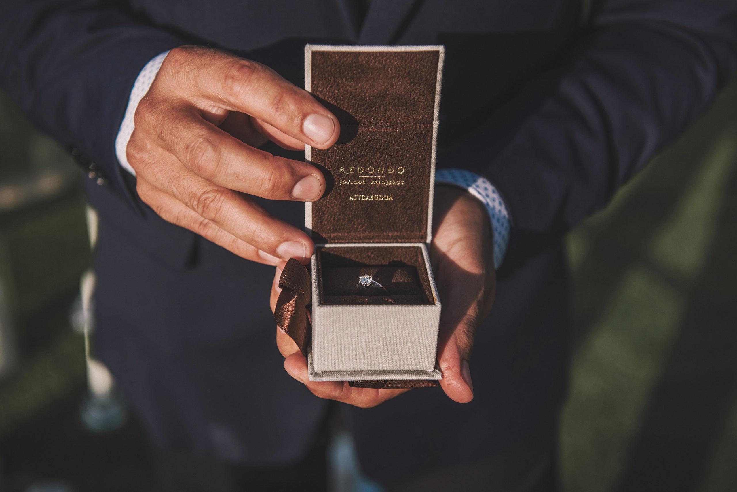 Novio con caja de anillo de pedida de Redondo Joyeros entre las manos