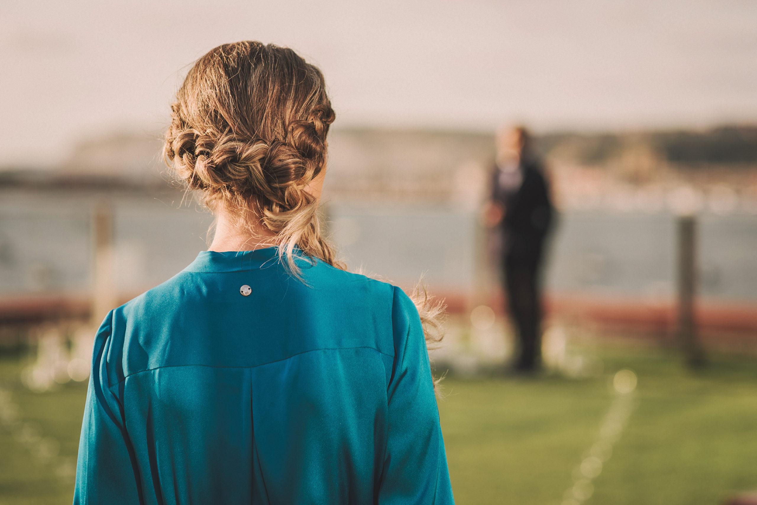 Novia con vestido azul va hacia el novio