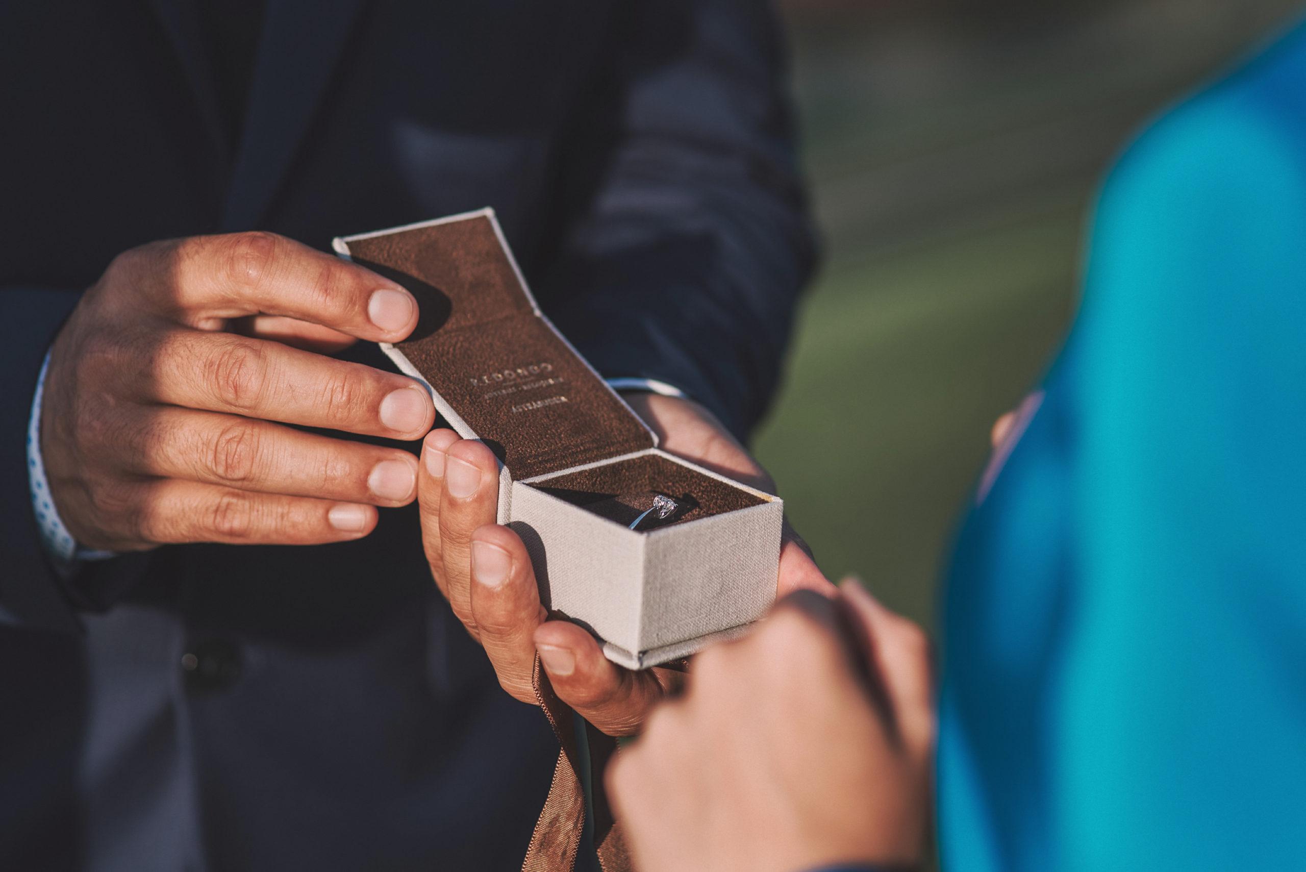 Novio enseña anillo de pedida a la novia