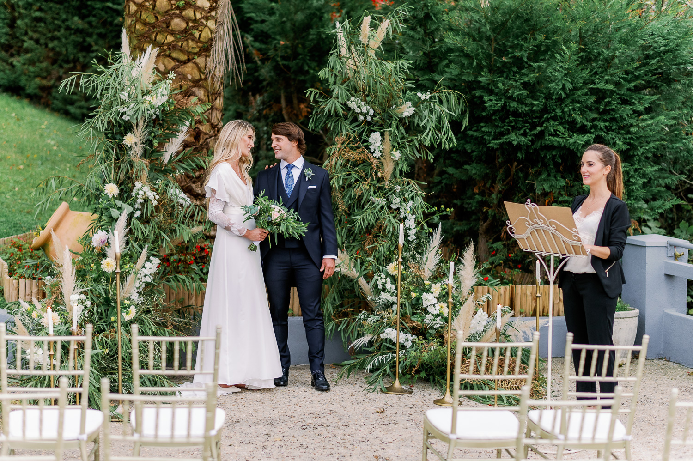 Ceremonia nupcial íntima en el mirador de ulia: novia, novio y oficiante de ceremonia