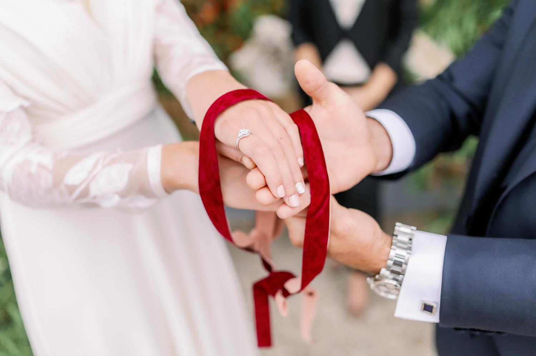 Ritual celta para casamientos: lazo rojo sobre la mano de la pareja