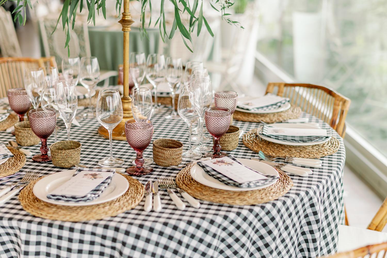 Decoración de mesa campestre en el mirador de ulia: mantel, bajoplatos, copas, cubiertos y centros de mesa