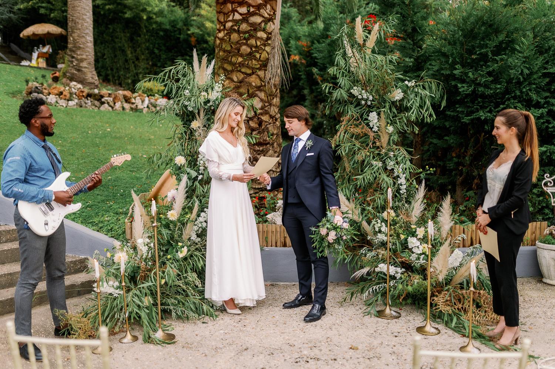 Novia, novio en la boda con oficiante de ceremonia y Jairom Black