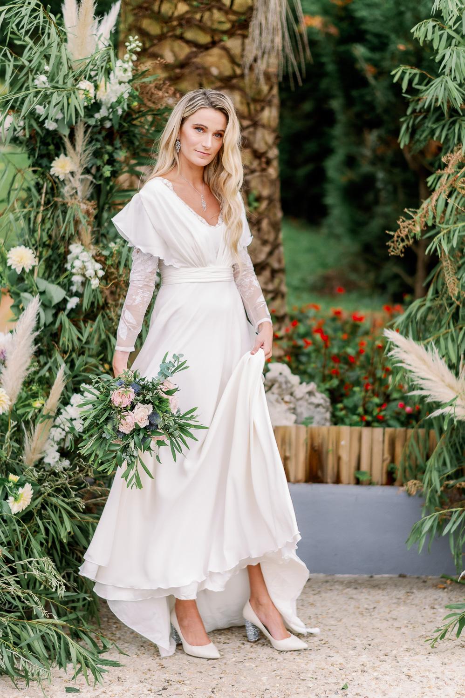 Novia vestida con vestido de Iraia Oiartzabal y ramo de flores de Enea Garden