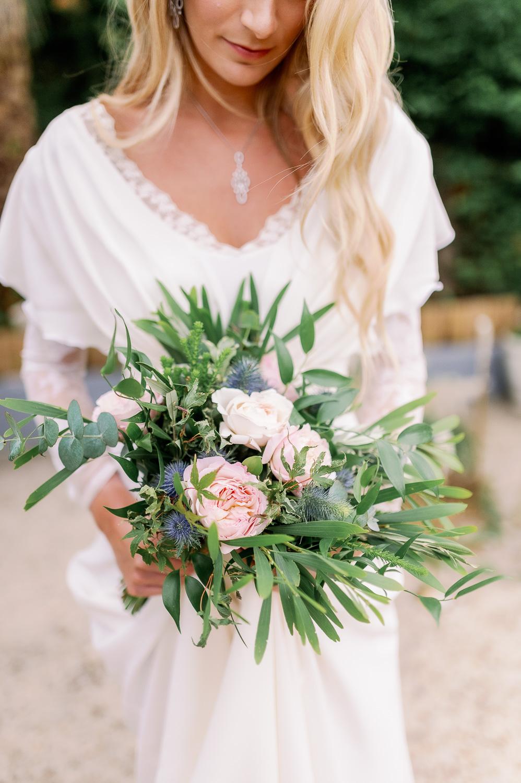 Novia con ramo de flores de Enea Garden floristeria