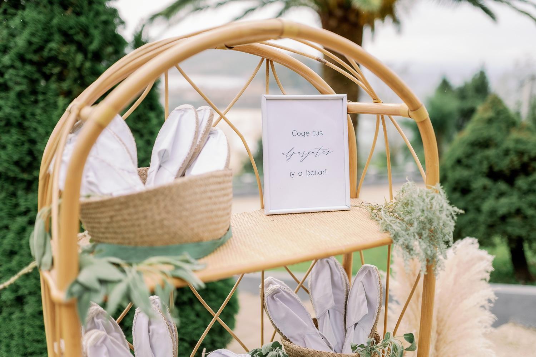 Rincón de alpargatas: cartel,, cestas y alpargatas sobre mueble