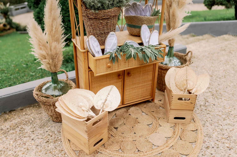 Rincón de alpargatas y paipais para una boda, en mueble sobre alfombra de yute