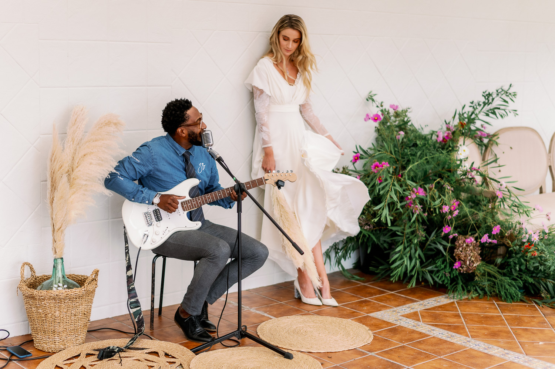 Jairom Black tocando para la novia en su boda