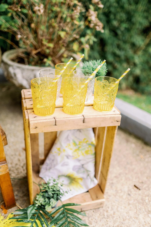 Vasos de colores para rincón de limonada