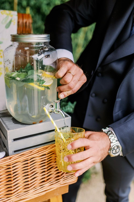 Novio sirviéndose limonada en un rincón de limonada