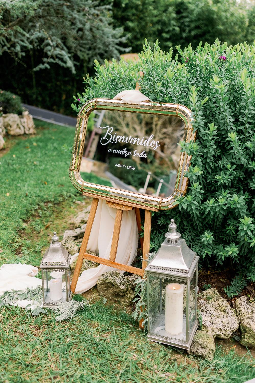 Rincón de bienvenida nupcial: caballete, espejo, candelabros y velas