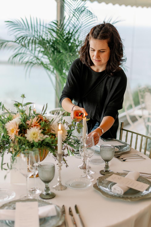 Eli de Mesa Presidencial encendiendo una vela en una mesa de banquete nupcial