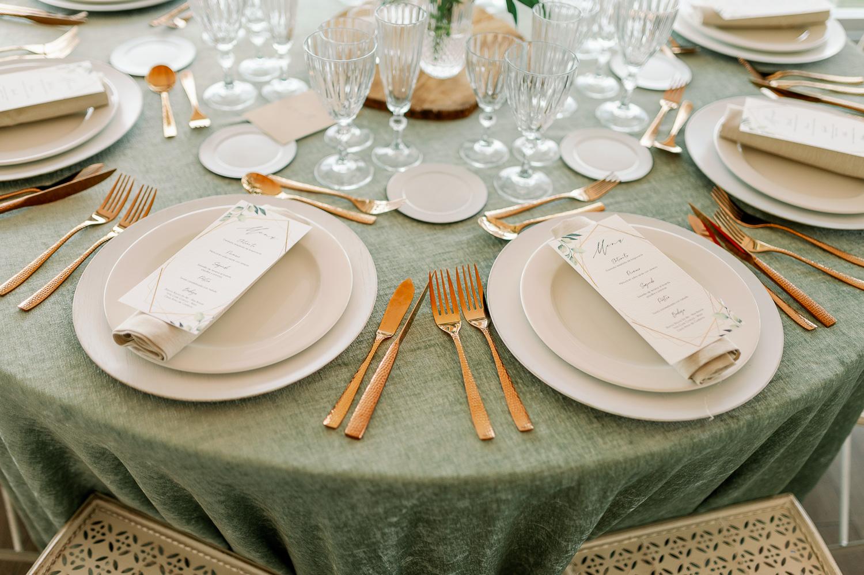 Mesa, mantel, cubiertos, bajoplato, plato, sillas, copas y minutas