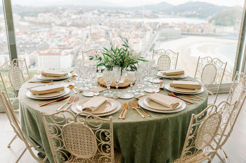Decoración de una mesa elegante a los pies de Donostia San Sebastián