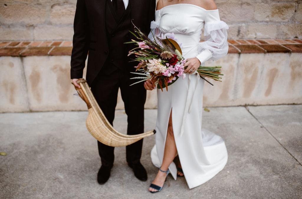 Novio cesta punta y novia con ramo de flores nupcial