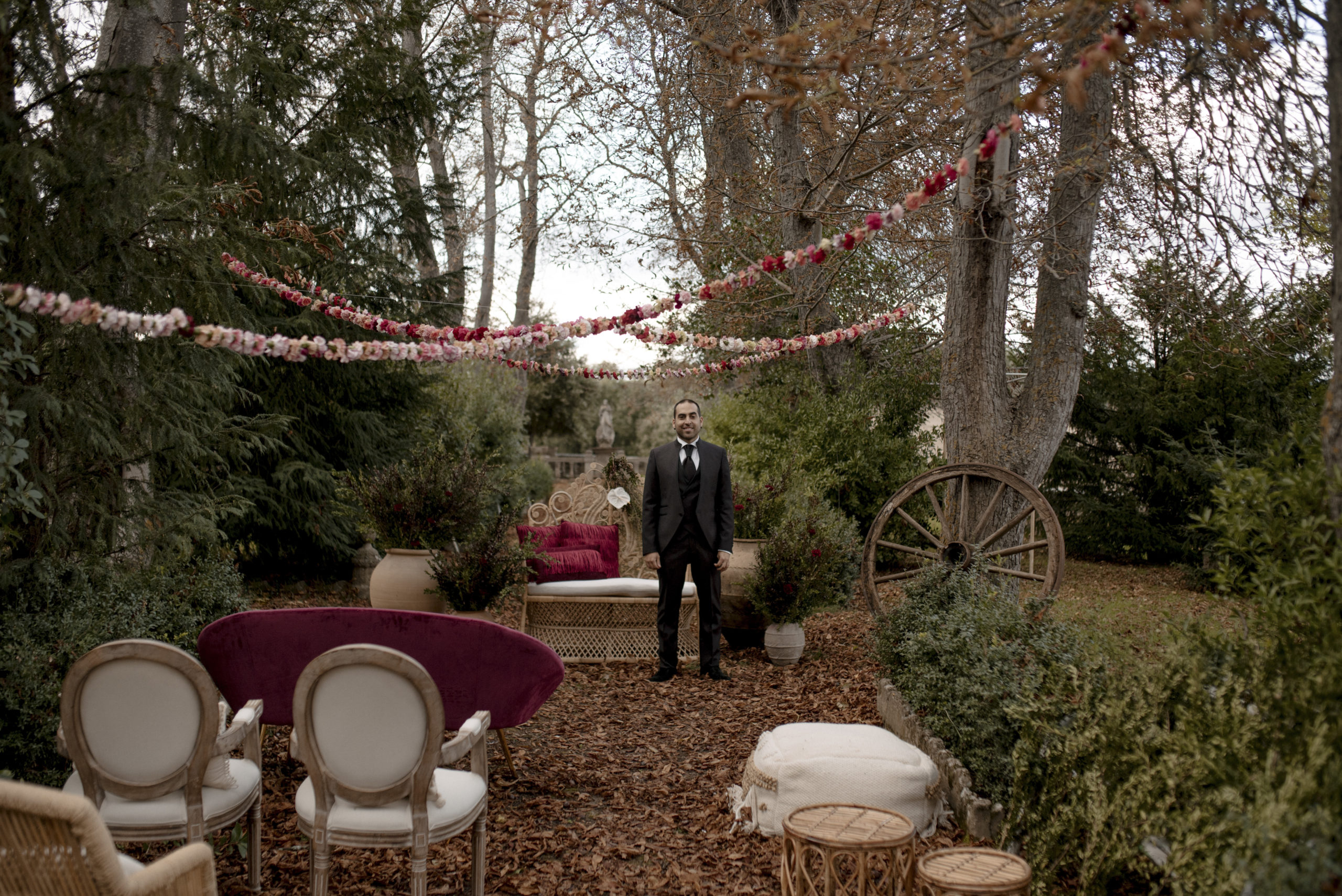 Novio en el altar esperando a la novia rodeado de naturaleza y árboles